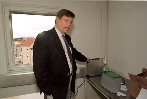 Kansanterveyslaitoksella pitkän uran tehnyt emeritusprofessori vaatii järeitä toimia koronavirusepidemian pysäyttämiseksi.