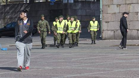 Sadat sotilaat auttavat poliisia turvajärjestelyissä tänään. Nämä sotilaat kävelivät Helsingin Tuomiokirkon edustalla puoli kymmenen aikoihin.