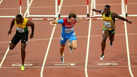 Sergei Shubenkov (kesk.) voitti MM-kultaa Pekingissä huippuajalla.