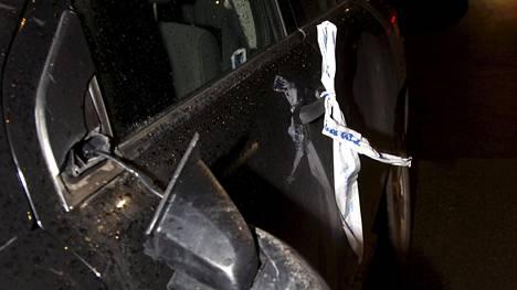 Helsingissä mellakoitsijat vahingoittivat viikonloppuna useita pysäköityjä autoja. Ranskassa autoihin kohdistuva protesti oli aivan toisenlainen - kuten jutun Twitter-linkistä selviää.