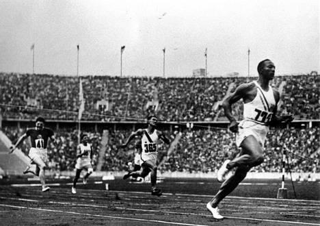 Jesse Owens voitti neljä olympiakultaa vuoden 1936 olympialaisissa.