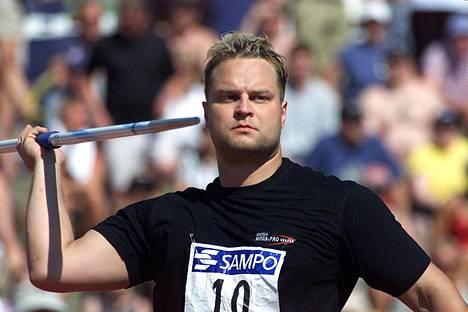 Sami Saksio heittovuorossa kesällä 2001.