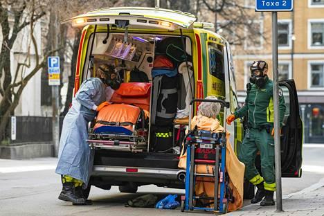 Potilasta siirretään ambulanssiin Tukholmassa.