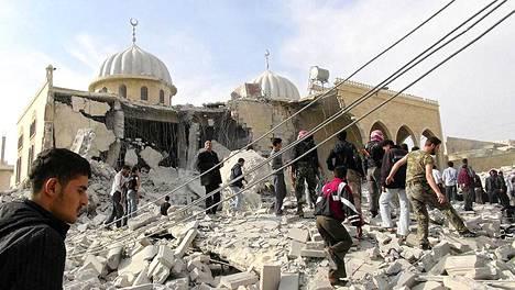 Asukkaat ja kapinalliset taistelijat tutkivat Bilalin moskeijan vaurioita. Aktivistien mukaan Syyrian armeijan hävittäjä pommitti moskeijaa Marat al-Numanissa.