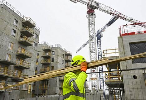 Rakennustyöntekijöiden työtapaturmataajuus on ollut viime vuosina 120 tienoilla.