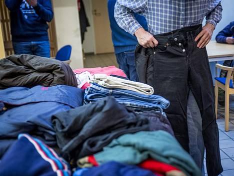 Asunnottomien yön tapahtumassa Helsingissä viime syksynä jaettiin vaatteita ja ruokaa.