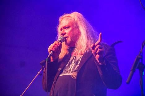 Jussi Hakulinen mikrofonin ääressä.