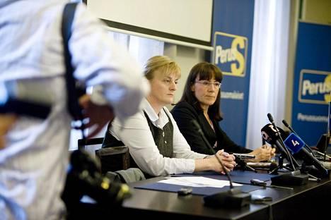 Perussuomalaiset valitsivat hallintovaliokunnan johtoon Pirkko Mattilan vuonna 2012. Pirkko Mattila sai 25 ääntä, kun perussuomalaisten eduskuntaryhmässä äänestettiin hallintovaliokunnan uudesta puheenjohtajasta. Kuvassa myös oikealla Pirkko Ruohonen-Lerner.