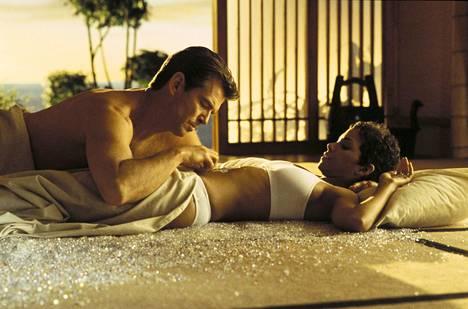 James Bond (Pierce Brosnan) ja Jinx Johnson (Halle Berry) vuonna 2002 ilmestyneessä elokuvassa.