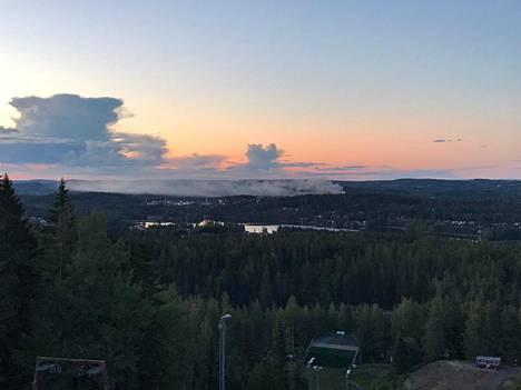 Palon savupilvi kuvattuna Laajavuoren huipulta Jyväskylästä.