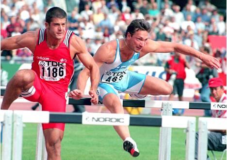 Petri Keskitalo juoksemassa 110 metri aitoja yleisurheilun MM-kisoissa Göteborgissa 1995. Vierellä aitoo sveitsiläinen Mirko Spada.