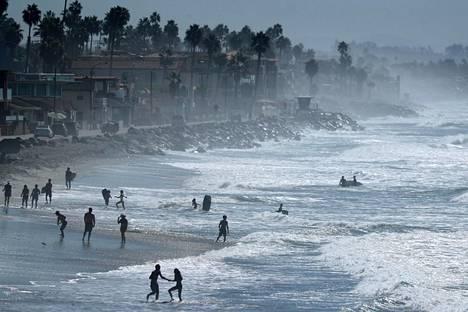 Ihmisiä vilvoittelemassa Etelä-Kaliforniassa, jossa kärvisteltiin kovissa helteissä lokakuun lopussa.