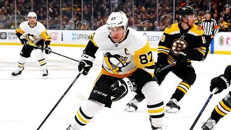 Sidney Crosby joutuu sivuun peleistä.