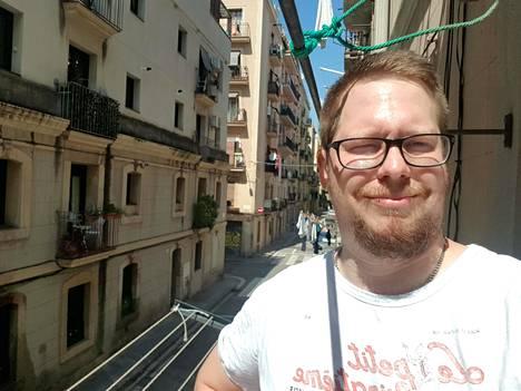 Mats Nyström kotinsa parvekkeella Barcelonassa.