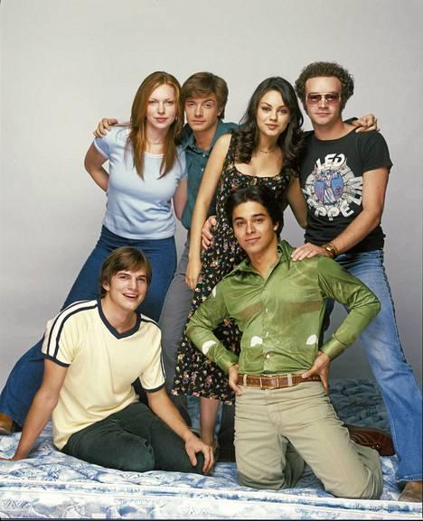 70s Show: Takana vas. Laura Prepon (Donna), Topher Grace (Eric), Mila Kunis (Jackie), Danny Masterson (Hyde). Edessä vas. Ashton Kutcher (Kelso), Wilmer Valderrama (Fez).