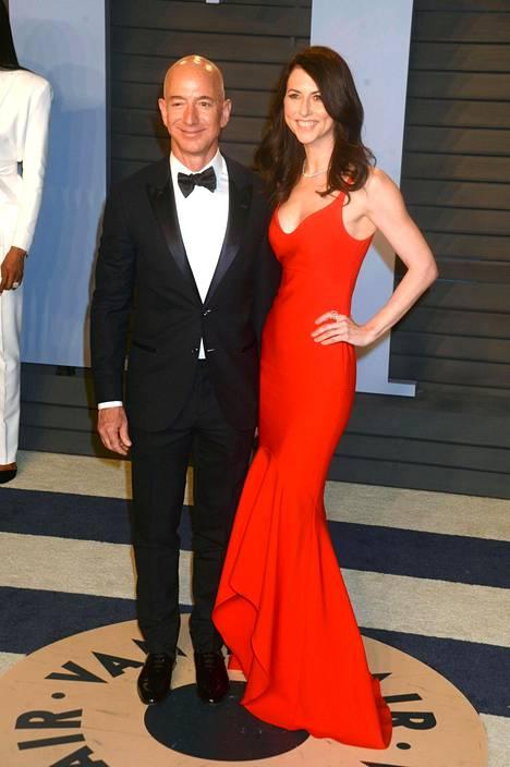 Bezosit poseerasivat yhdessä viime vuonna Vanity Fairin järjestämissä Oscar-juhlallisuuksissa.
