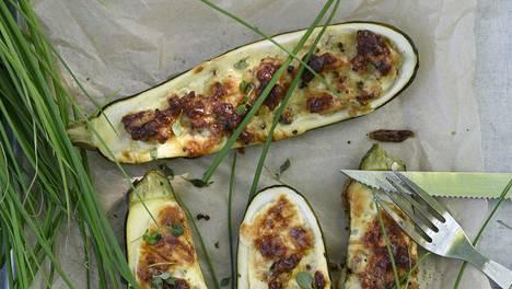 Broilerin jauhelihasta saa maukkaan, kun käyttää paljon yrttejä ja valkosipulia.