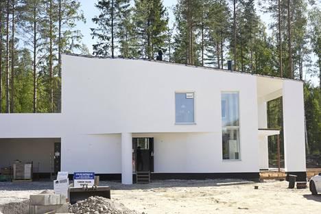 HEVI-kivitalojen Lumitiikeri-kohde on muodoiltaan erittäin moderni kivitalo, jossa on kaarevat seinämuodot ja lähes räystäätön kattorakenne. Asukkaat muuttavat vuoden 2000 Tuusulan Asuntomessujen yksitasoisesta hirsitalokohteesta tähän kaksitasoiseen kivitaloon. Asukas Petri Nylund odottaa innolla muuttoa. Perhe ei aio tuoda vanhan hirsikodin sisustusta uuteen kivitaloon.