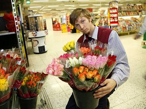 Reilujen ruusujen kauppa on käynyt K-ruokakaupoissa hyvin. Kuvassa Kampin keskuksen K-kaupan osastonhoitaja Jarkko Piipari.