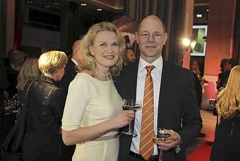Sanoma-konsernin toimitusjohtaja Harri-Pekka Kaukonen ja vaimo Kirsi.