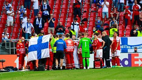 Christian Erikseniä hoidettiin sairauskohtauksen jälkeen Parkenin kentällä.