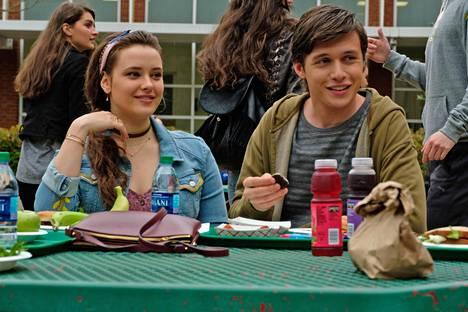 Elokuvan nuoret näyttelijät, kuten Katherine Langford ja Nick Robinson, tekevät vaikutuksen.