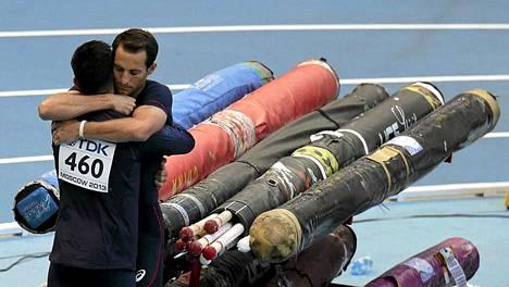 Renaud Lavillenie (oik.) halaa veljeään Valentinia.