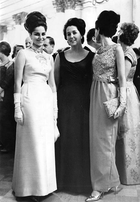 Itsenäisyyspäivä 1963. Arkistotieto kertoo, että illan loistavimpia ja erikoisimpia koruja kantoi Yhdistyneen Arabitasavallan suurlähettilään tytär Mona Sami, jonka keskustelukumppaneina olivat Islannin presidentin tytär, ronva Tryggvason ja konsulinna Juuranto, jonka oranssipunainen iltapuku kullanvärisine asusteineen kuului illan upeimpiin.