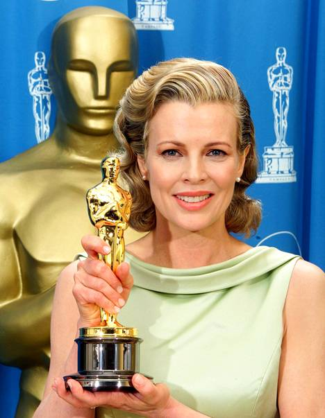 Kim Basinger nappasi Oscar-pystin parhaan naissivuosan roolistaan elokuvassa L.A. Confidential vuonna 1998.