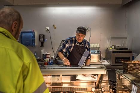 Nord1Marketille tärkeät myyntiartikkelit löytyvät lihatiskistä. Moni norjalainen haluaa grillikylkeä, ja lihamestari Timo Moilanen palvelee.
