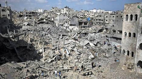 Raunioista on löydetty lauantaina lisää ruumiita. Kuva Gazan kaupungista.