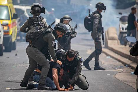 Poliisi pidätti palestiinalaismielenosoittajan moskeija-alueen lähellä 10. toukokuuta. Samana päivänä alkoivat myös Hamasin kostoiskut Israeliin.