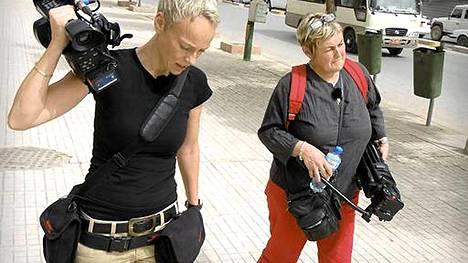 Leena Reikko (oik.) avaa illan dokumentissa Irakia ja samalla elämäänsä kirjeenvaihtajana. Kuvaajana toimi Carina Appell, joka menehtyi traagisesti henkirikoksen uhrina Suomessa viime huhtikuussa.