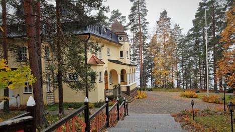 Rantalinnan päärakennus tiluksineen on myynnissä 6,5 miljoonalla eurolla.