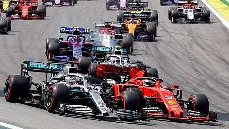 Sadat miljoonat ihmiset seuraavat F1-kilpailuja vuosittain. Tapahtuman markkina-arvo on valtava.