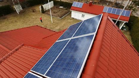 Aurinkopaneeleille pitää olla riittävästi kattopinta-alaa ja katon suunnan olisi mieluiten oltava etelään.