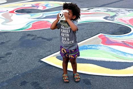 Lapsen silmin. 2-vuotias Ace Desir otti kameralla kuvan Black Lives Matter -muraalista, joka sijaitsee New Yorkin Harlemin kaupunginosassa. Rasismia vastustavat mielenosoitukset ovat jatkuneet toukokuun loppupuolelta asti.