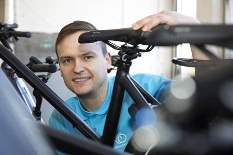 Sähköpyöräkeskuksen toimitusjohtaja Juho Kahra suosittelee varaamaan sähköpyörän ostamiseen vähintään 1500 euroa.