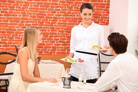 Kahtena sunnuntaina kuukaudessa työskentelevä tarjoilija menettäisi 199 euroa kuukaudessa, jos sunnuntain tuplapalkka poistuisi.