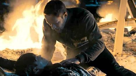 Sebastian (Jarkko Nyman) tarkastaa loukkaantuneen Sergein (Tero Tiittanen) vointia lento-onnettomuuden jälkeen.