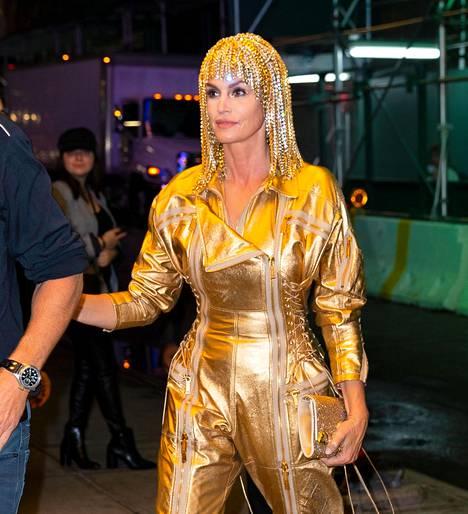 Cindy Crawford imitoi laulaja Cheriä synttäriasussaan.