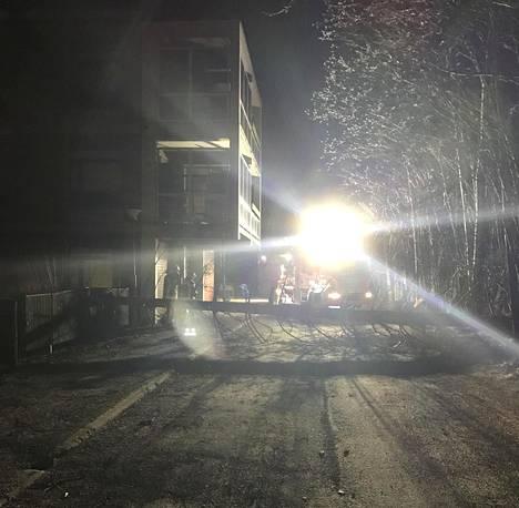 –Tuuli oli kaatanut tielle puun, jota pelastuslaitos tuli siirtämään, kirjoitti kuvan IS:lle lähettänyt lukija Helsingistä.
