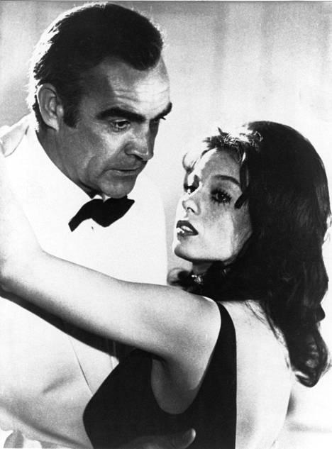 Leffan tähdet Sean Connery ja Lana Wood.