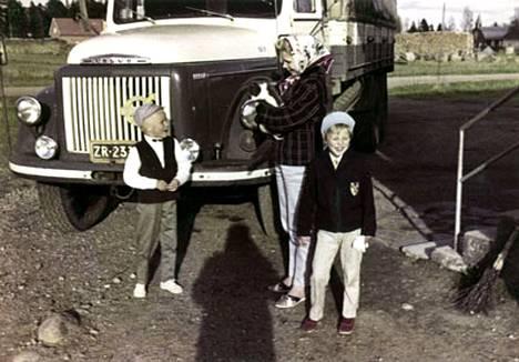 Keravanjoen rannalla sijaitsevan talon pihalle mahtui päräyttämään rekka-autolla. Kuvassa Eija Vilppaan lisäksi veli ja äiti.