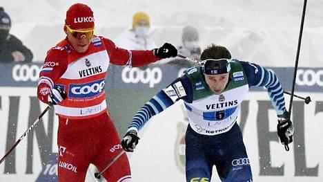 Joni Mäki loukkasi kätensä Aleksandr Bolshunovin taklauksesta.