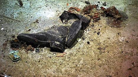 Tutkija James Delgadon mukaan tämä kuva todistaa, että Titanicin hylyllä saattaa edelleen lojua ihmisten jäänteitä.