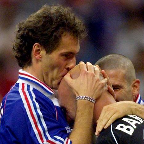 Ranskan kapteenilla Laurent Blancilla oli tapana suukotella maalivahti Fabien Bartezia kaljuun.