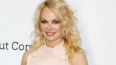 Pamela Anderson kiistää Twitterissä olleensa ikinä naimisissa elokuvatuottaja Jon Petersin kanssa.