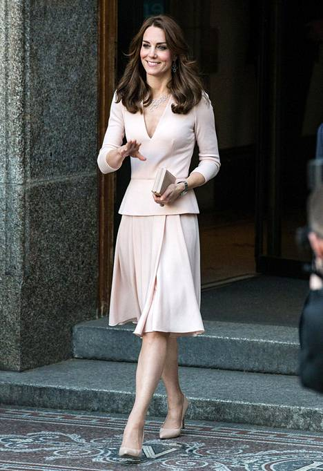 Herttuatar Catherine edusti Alexander McQueenin mekossa näyttelyssä vieraillessaan.