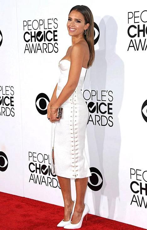 Jessica Alballa oli yllään naruin somistettu valkoinen mekko.